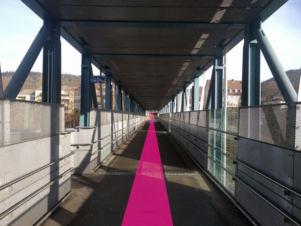 2. Oder direkt von den Gleisen aus die einzelnen Treppen nutzen, um zu der Überführung zu gelangen. Letztendlich wollt ihr zur Ostseite des Bahnhofs gelangen.