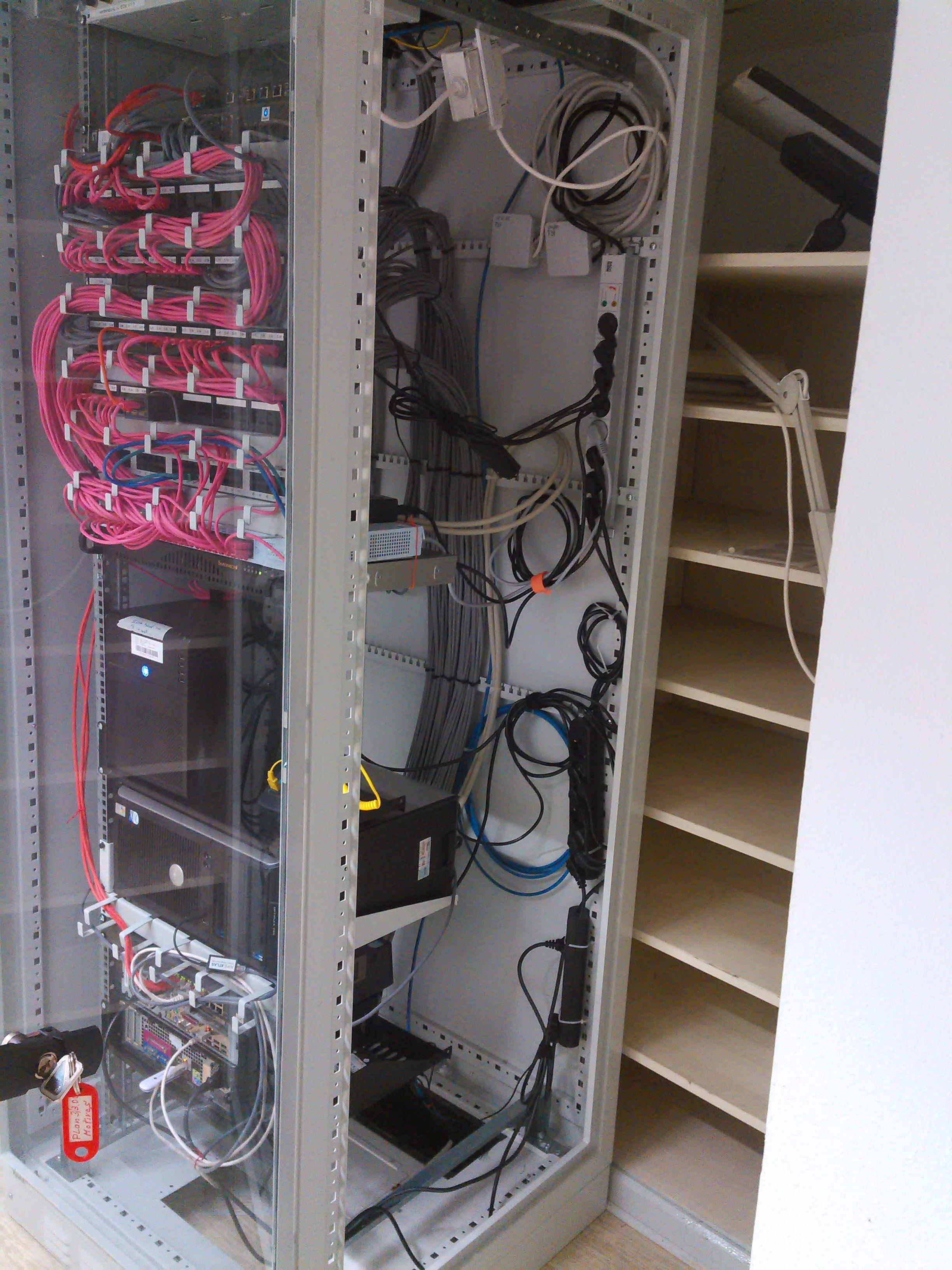 Serverschrank – seitlich geöffnet mit Blick auf Stromversorgung und Maschinen